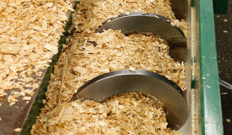 Jättar går ihop för att tillverka bensin av träflis
