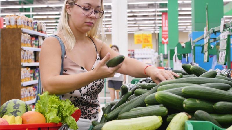Mataffärer kan göra mer för att minska hushållens matsvinn